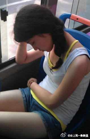 今天我坐公交车,旁边的妹纸睡着了,头靠在我肩膀上了,我把矿泉水高清图片
