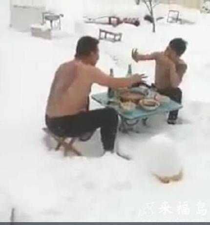 我们北方人民都是这样喝酒吃串滴
