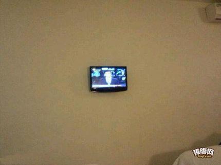 出差宾馆墙上挂的电视,